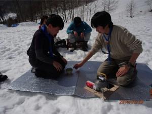 お昼ごはんの後は、雪上で野点。みんなで作法も学びました。