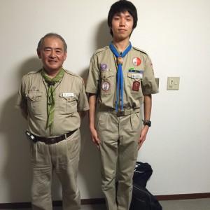 富士スカウト章を胸につけて団委員長と共に一枚